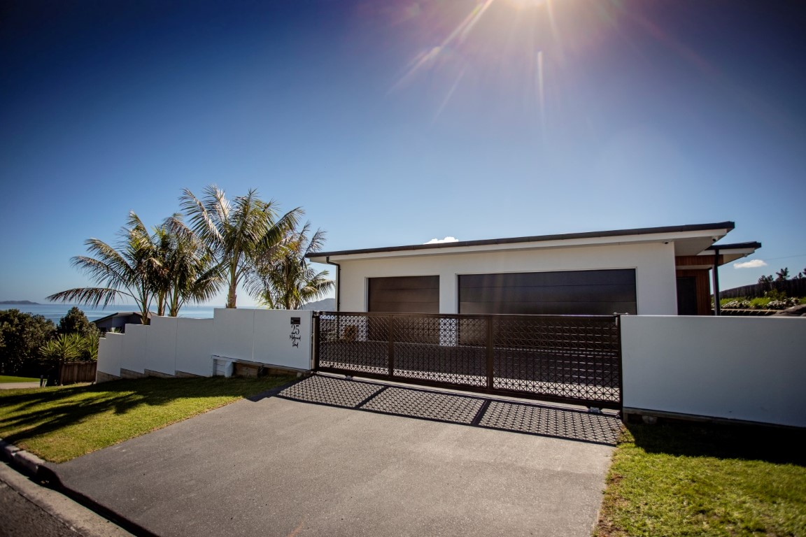 coopers-beach-home-design-arcline-architecture-white-plaster-landscaping-gates-fences